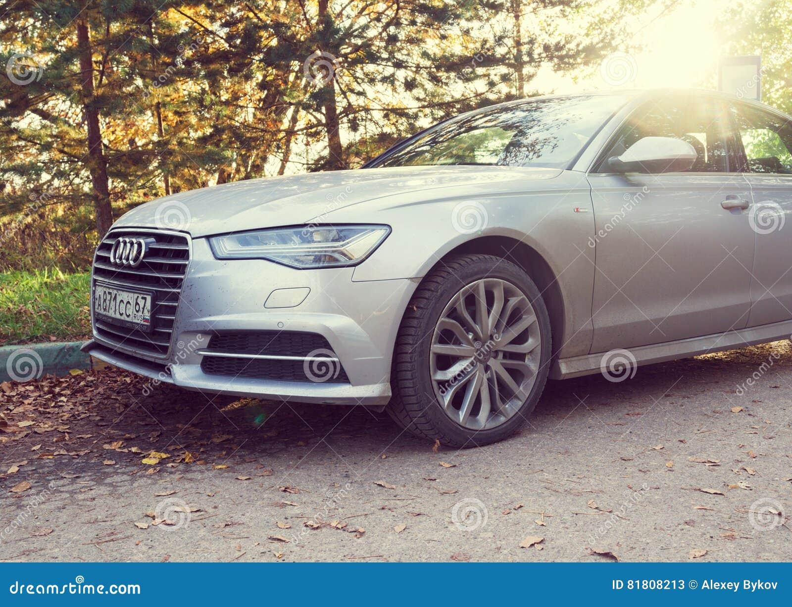 Audi A6 припарковало на улице Мюнхена, пригорода