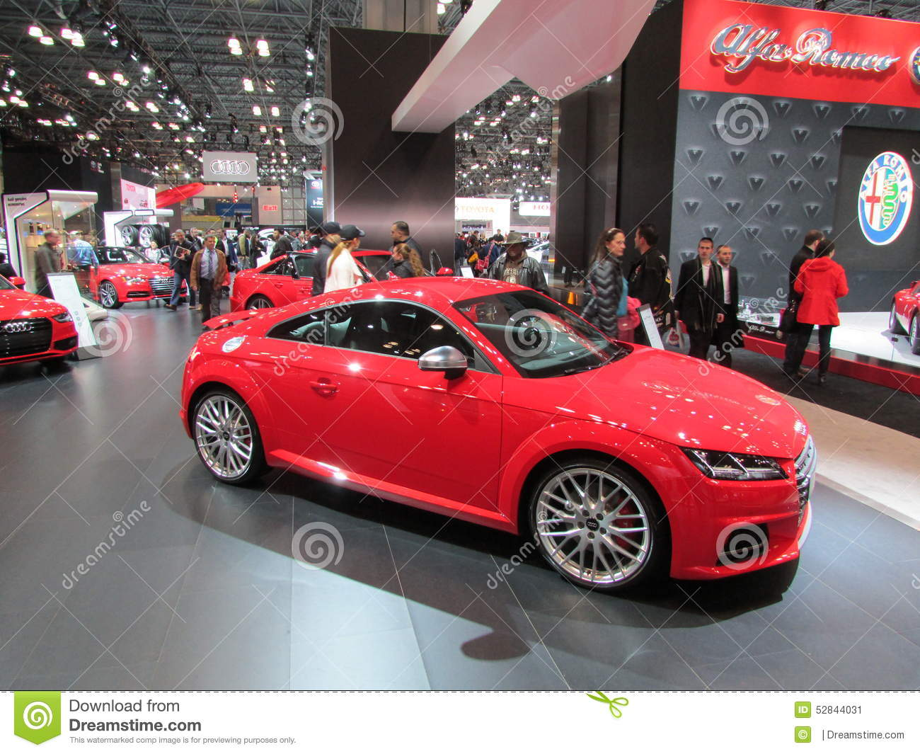 Audi na frente do logotipo de Alfa Romeo na tela Feira automóvel 2015 do International de New York