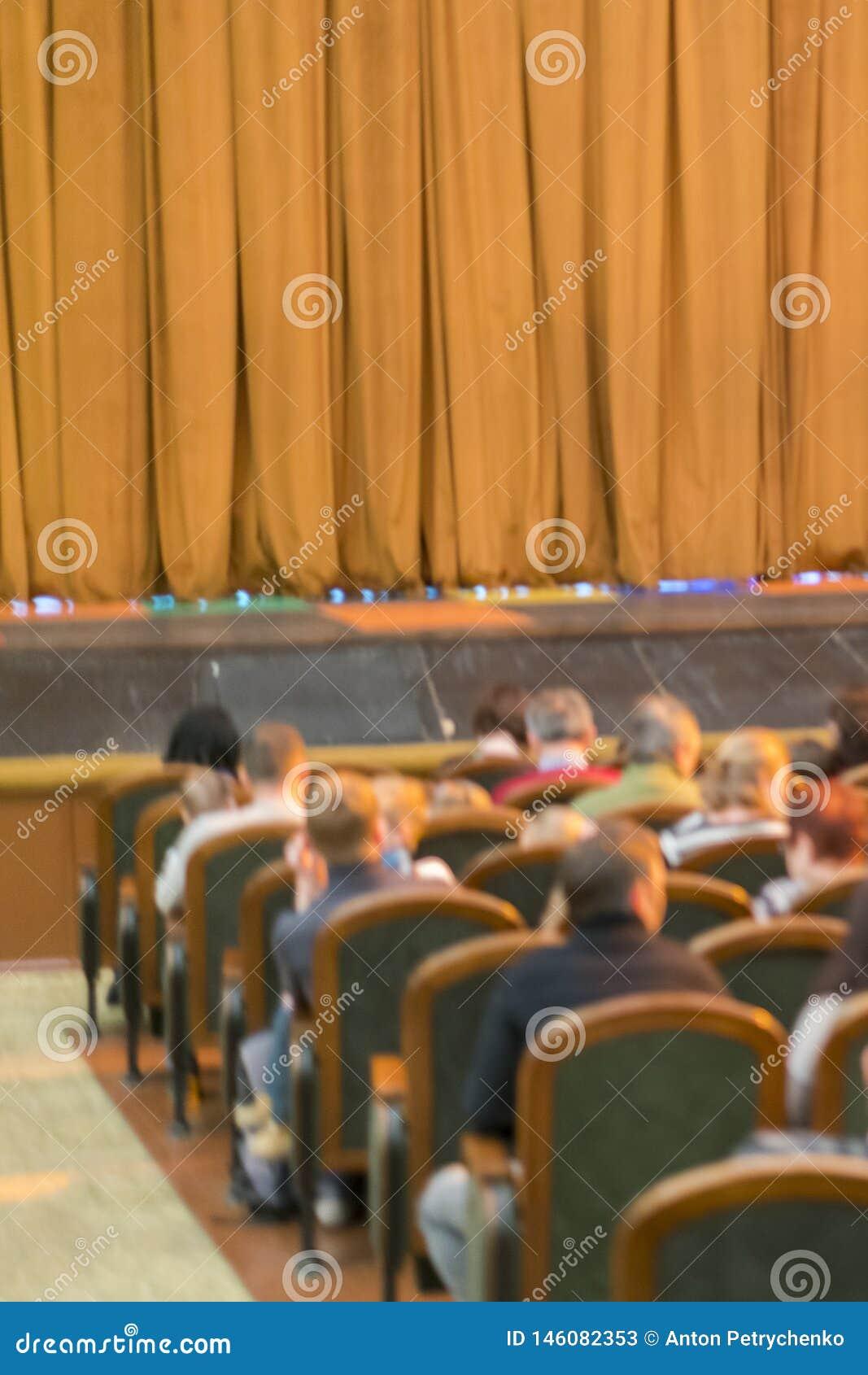 Audi?ncia no teatro cortina fechado da fase em um teatro blurry Foto vertical