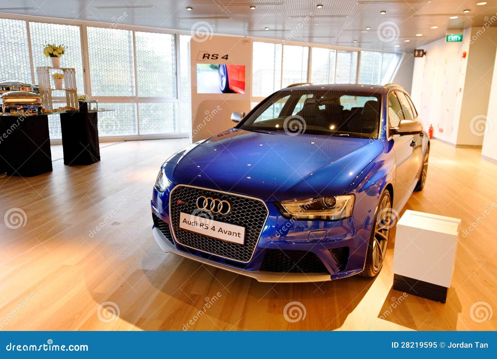 Audi RS4 Avant su visualizzazione al centro Singapore di Audi