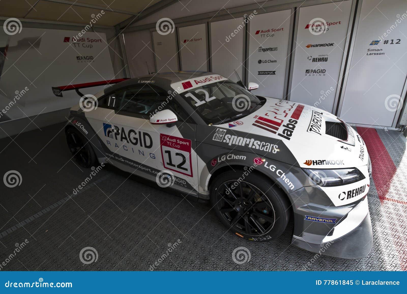 Audi Sport-Auto mit dem Beginnen von Nr. 12 in der Bühne hinter dem Vorhang