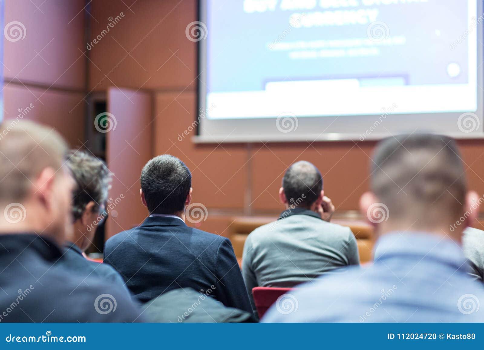 Audiencia en sala de conferencias que escucha la presentación en congreso de negocios