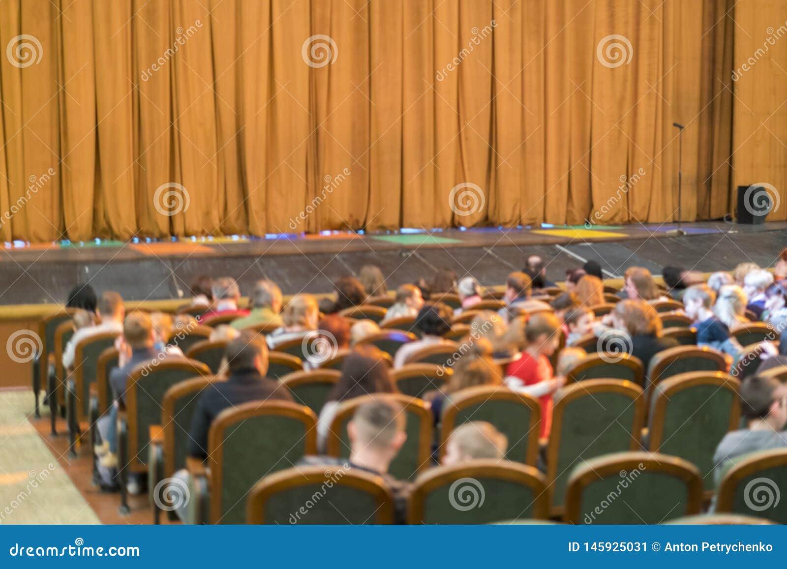 Audiencia en teatro cortina cerrada de la etapa en un teatro blurry