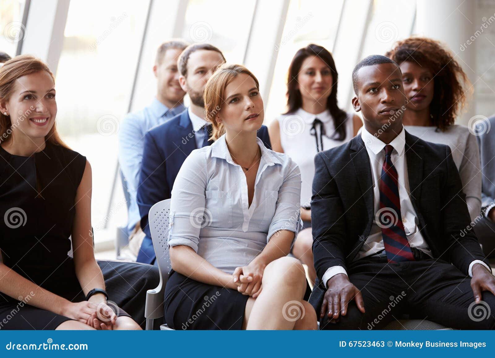 Audiencia que escucha el Presidente en el congreso de negocios