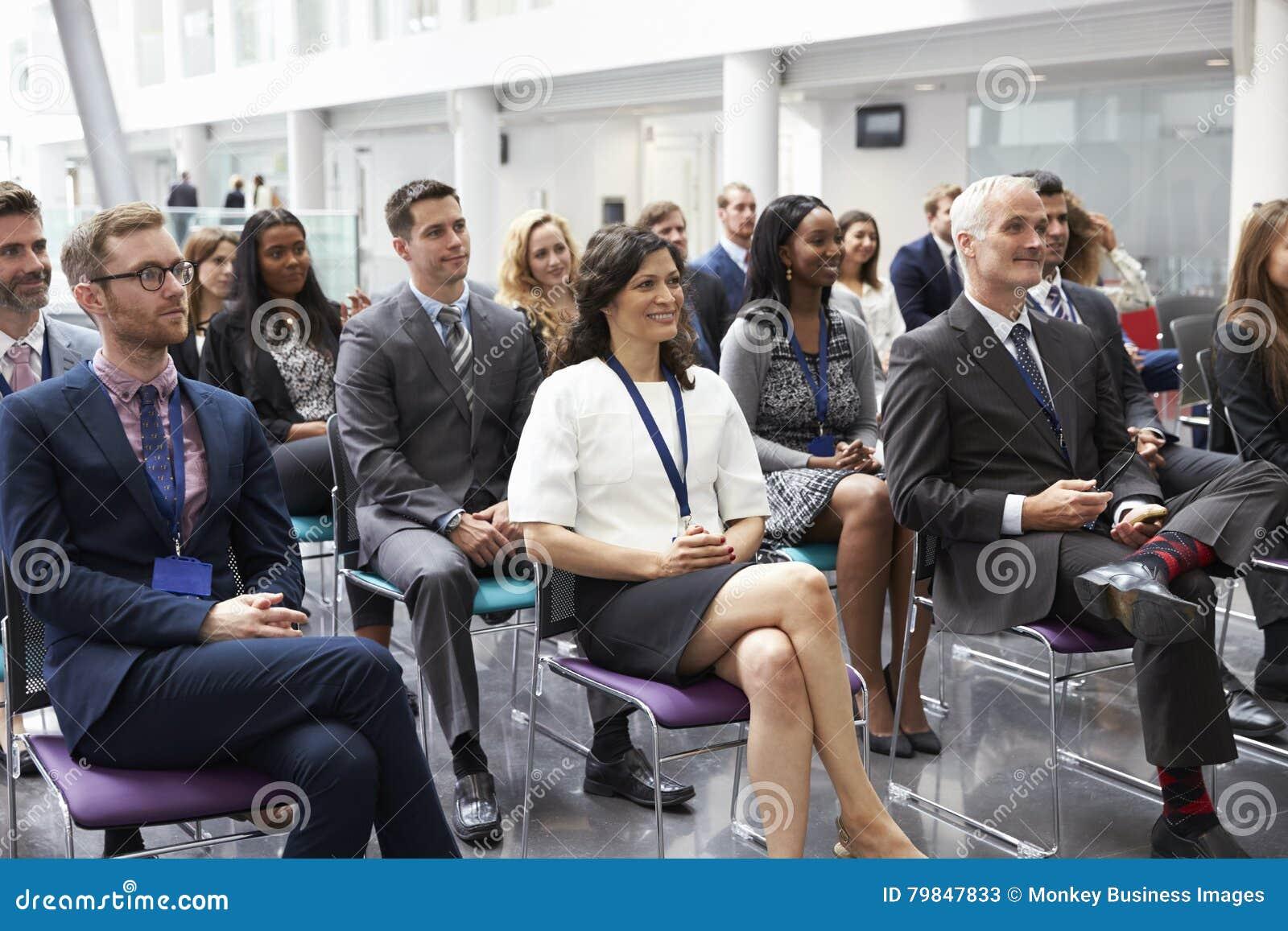 Audiencia que escucha el Presidente en la presentación de la conferencia