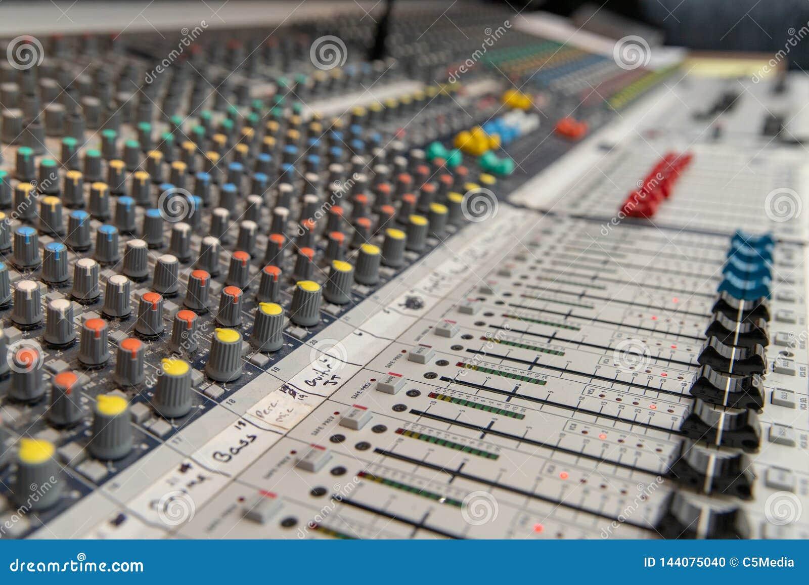 Audio console mescolantesi analogica