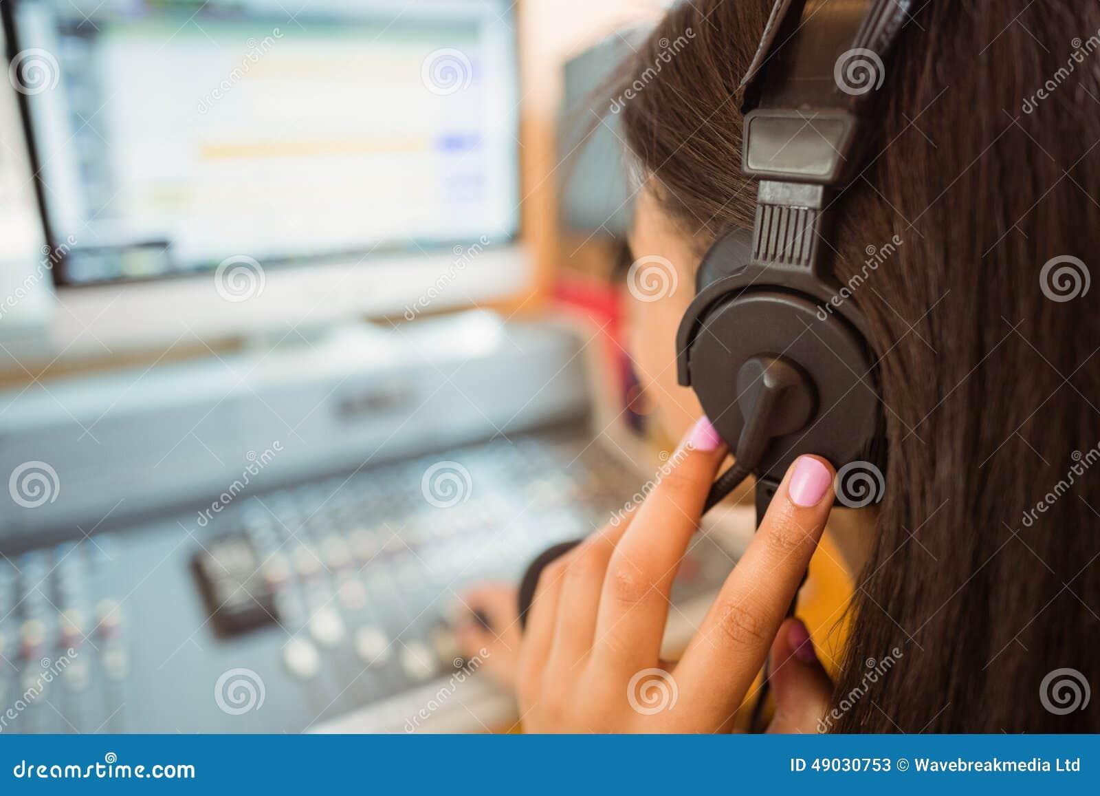 Audio de mélange d étudiant dans un studio