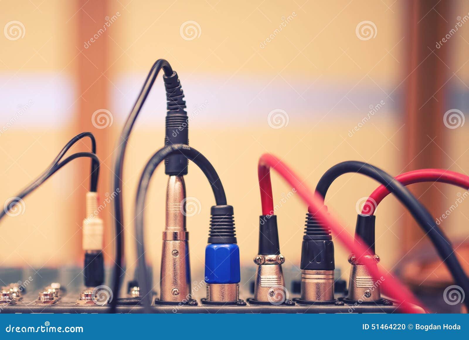 Audio presa e cavi collegati all audio miscelatore, all attrezzatura del DJ di musica al concerto, al festival o al partito