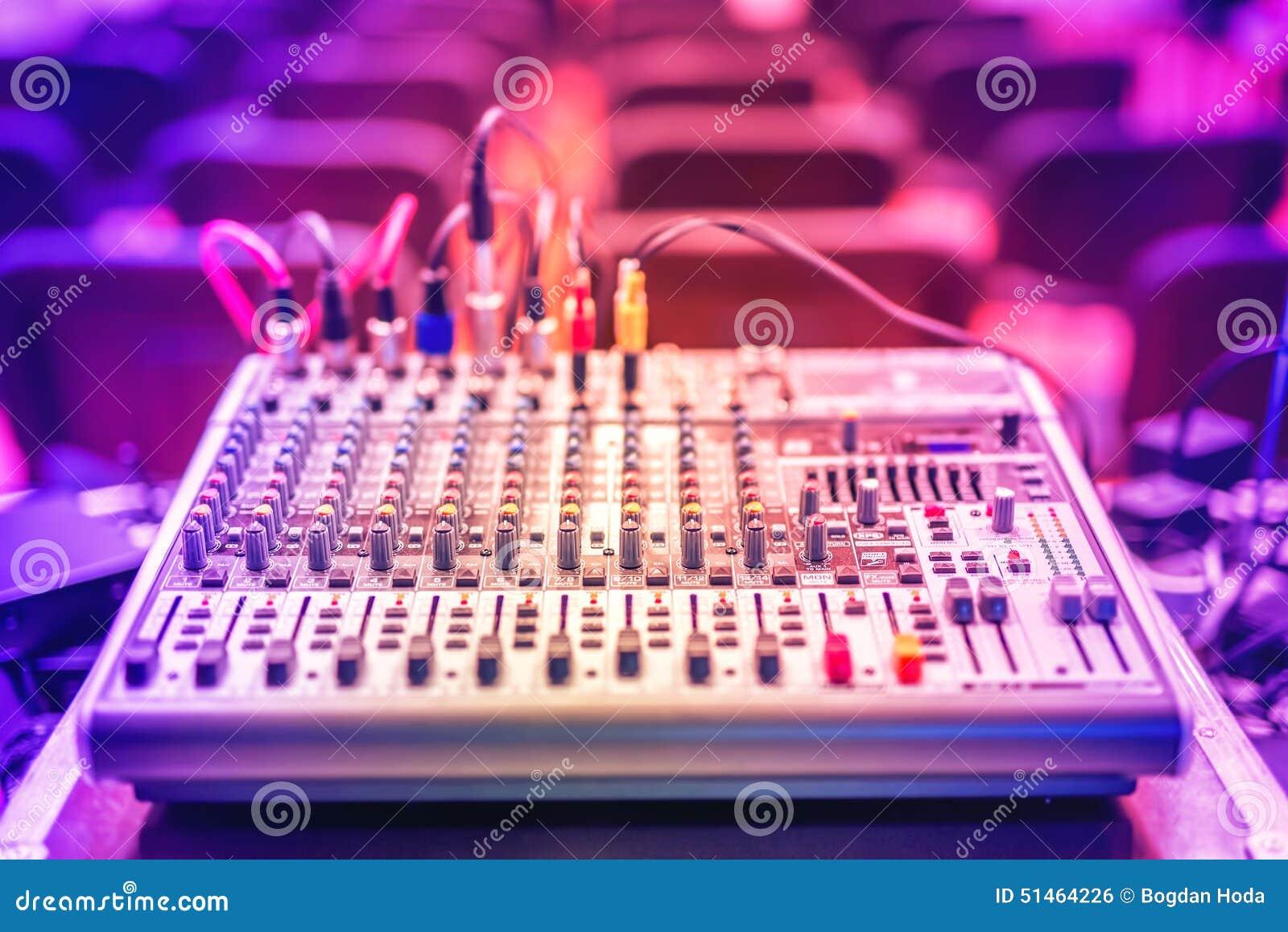 Audiomusikmischer und Tonentzerrer, DJ-Ausrüstung und Nachtklubzubehör an der Partei in der modernen Stadt
