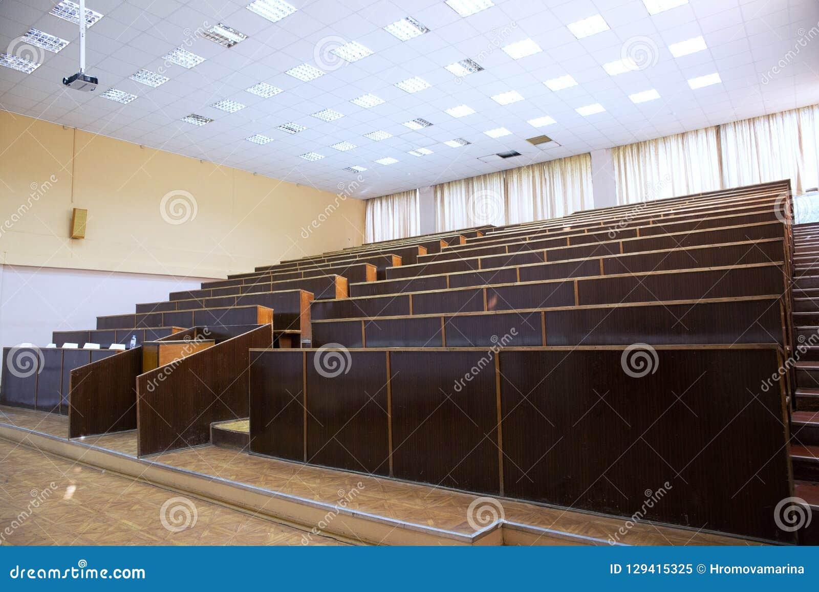 Auditório vazio enchido com a luz solar