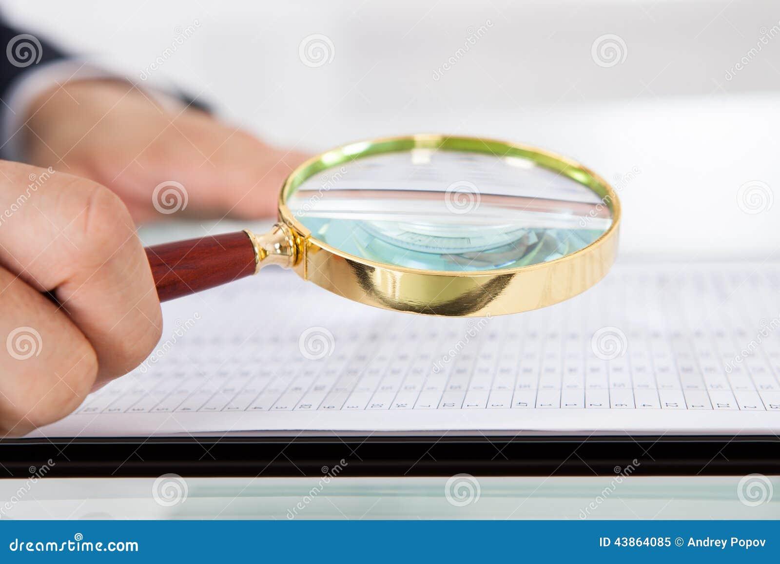 audit de examen d homme d affaires avec la loupe dans le bureau photo stock image 43864085