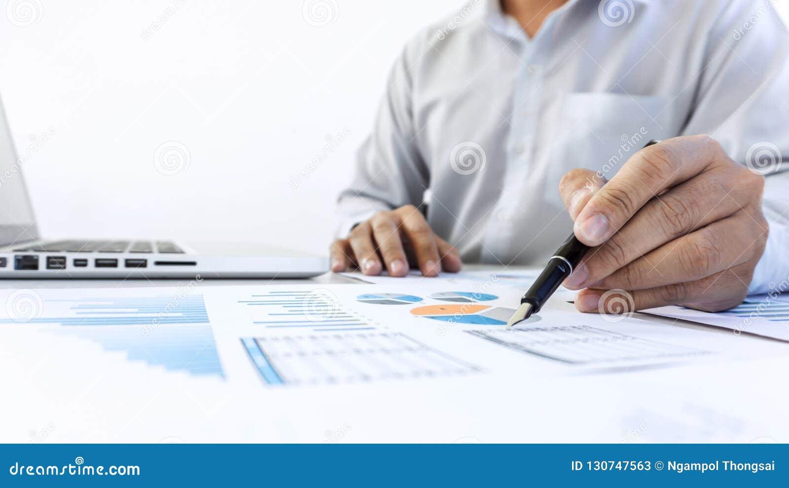 Auditoria de trabalho do contador do homem de negócios e cálculo da aleta da despesa