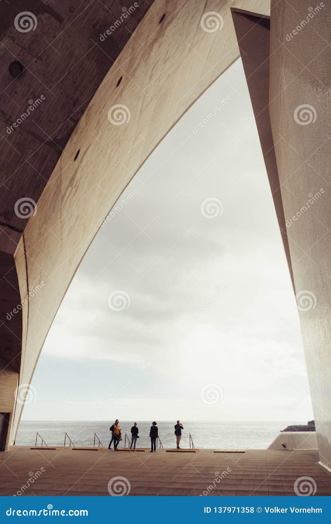 Auditorio de Tenerife, Santa Cruz de Tenerife, Espania - Oktober 26, 2018: Några besökare beundrar sikten till och med en sidopan