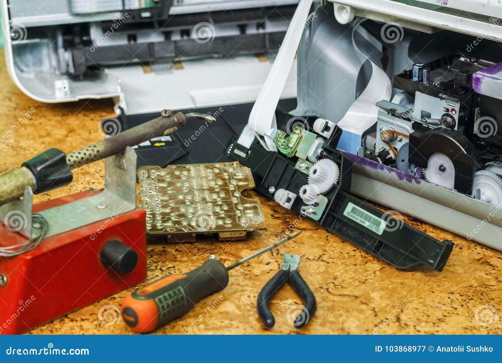 Auf dem Desktop ist auseinandergebaute Ausrüstung und Werkzeuge für Reparatur