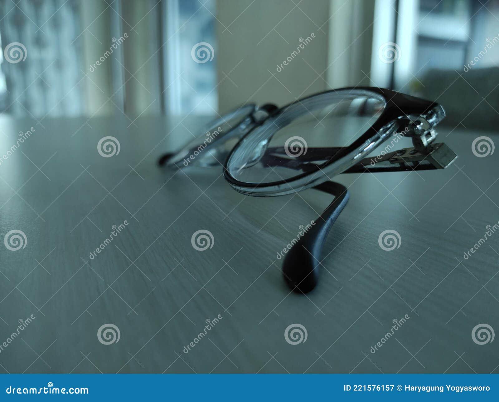 Auf Dem Holztisch Isolierte Brille Von Der Seite Stockbild - Bild von beleuchtung, getrennt