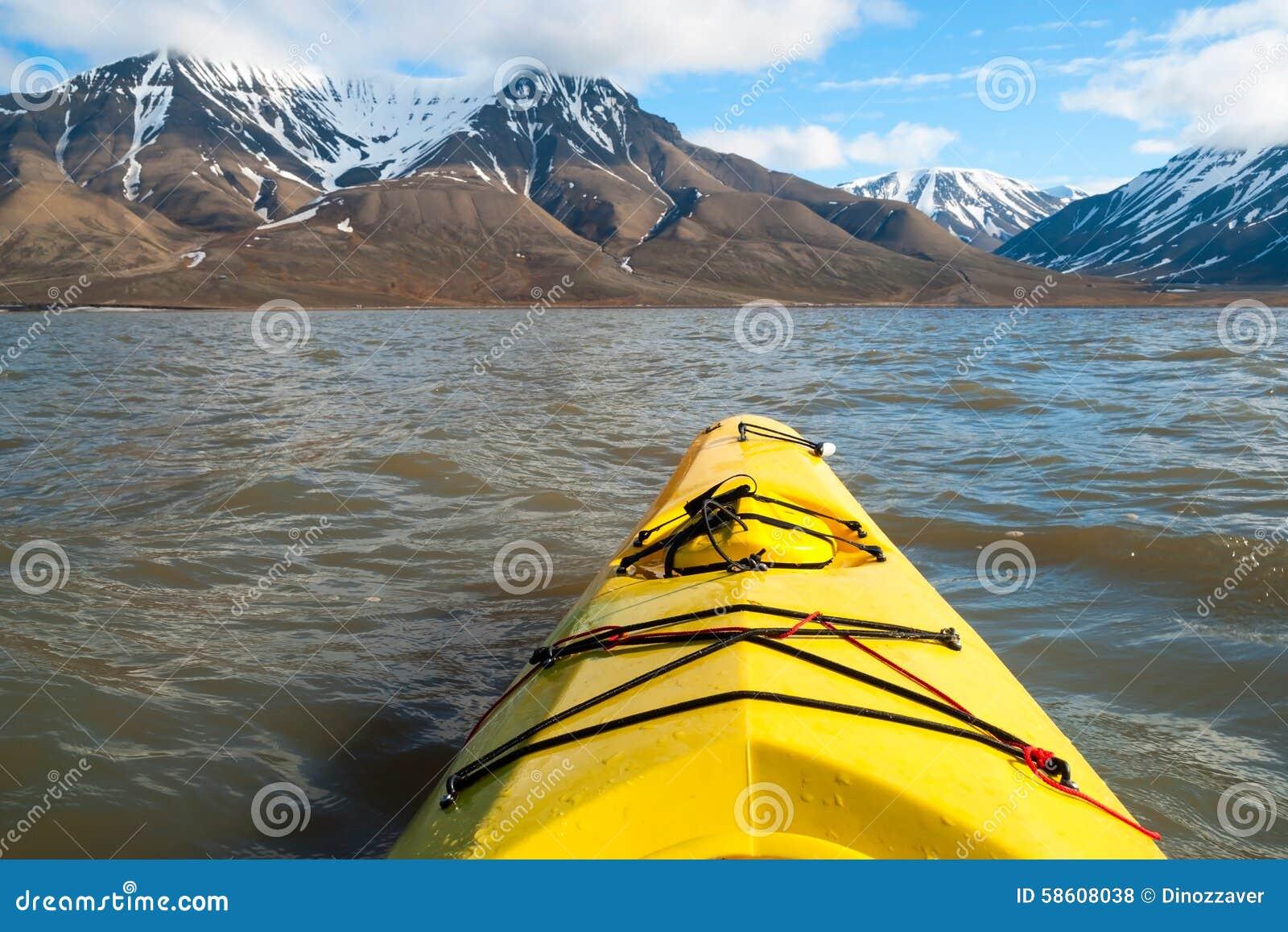 Auf dem Meer in Svalbard Kayak fahren, erste Personenansicht