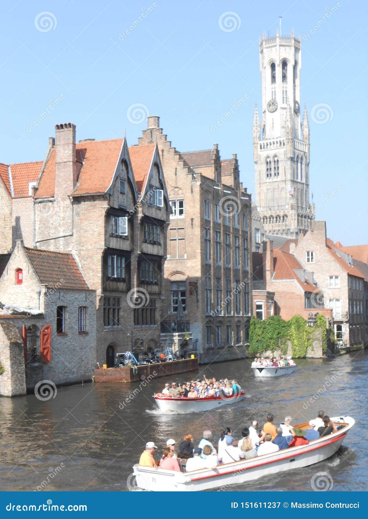 Auf den Kanälen von schönem mittelalterlichem Brügge, Belgien