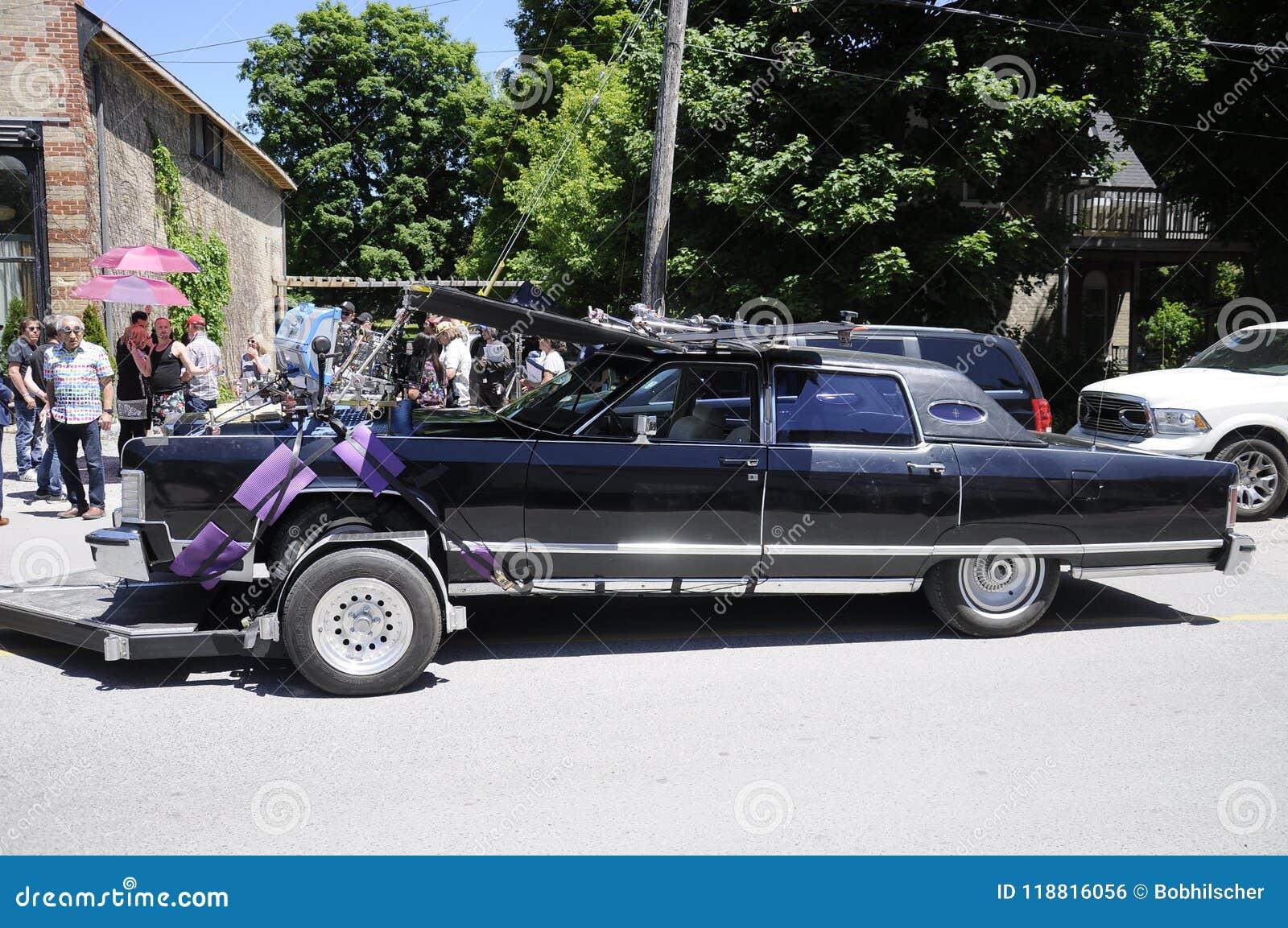 Auf der Standortschmierfilmbildung, die ` Johnny-` s Auto ` nahe dem Café tropisch ein fiktives Restaurant gekennzeichnet in Schi