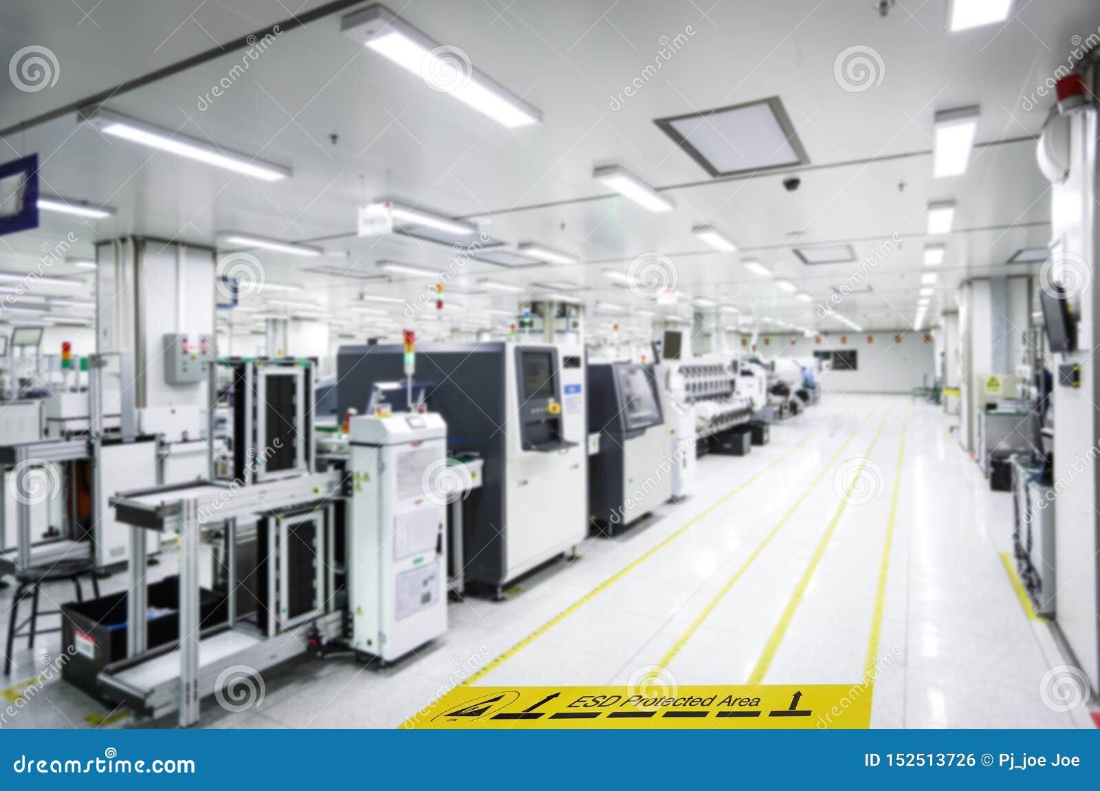 Auf einem Boden der Elektronik bedeckte die Herstellung industrielles Linoleum klebt ein gelbes Band mit einem warnenden Standard