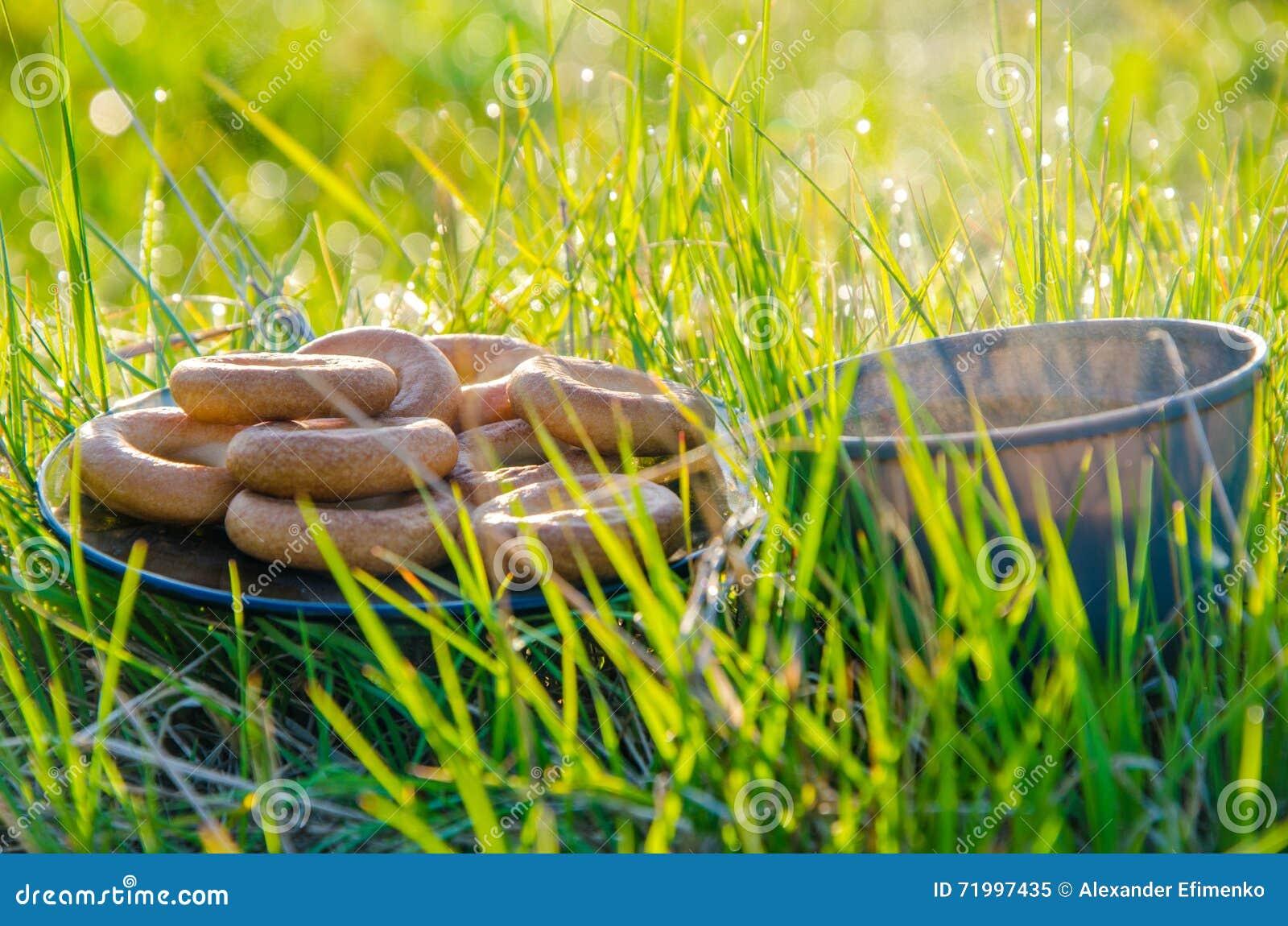 Auf einem grünen Rasen am frühen nebeligen Morgen Tee