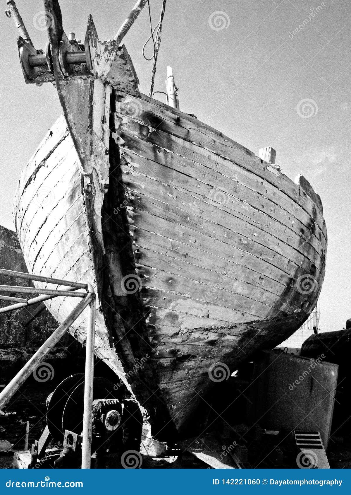 Auf Land, in Schwarzweiss geregelt zu werden Bootsschiffbruchstellung,