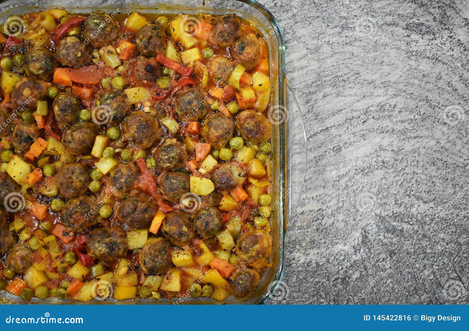 Auf Marmorboden Fleischklöschen mit Gemüse, in der Glasbackform