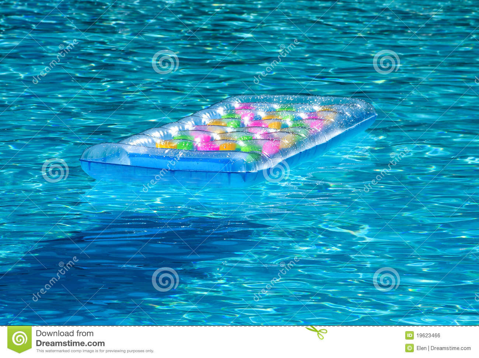Aufblasbare matratze im pool lizenzfreies stockbild bild for Aufblasbare pools im angebot