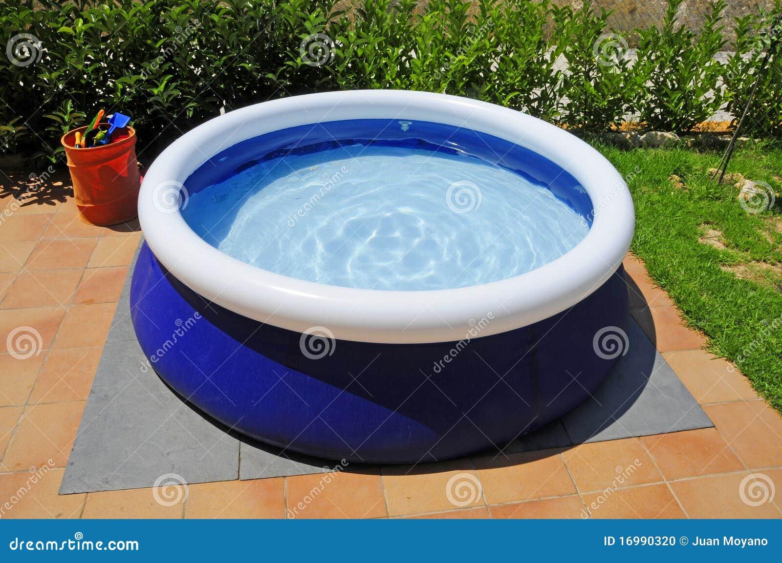 aufblasbarer swimmingpool stockfoto. bild von garten - 16990320