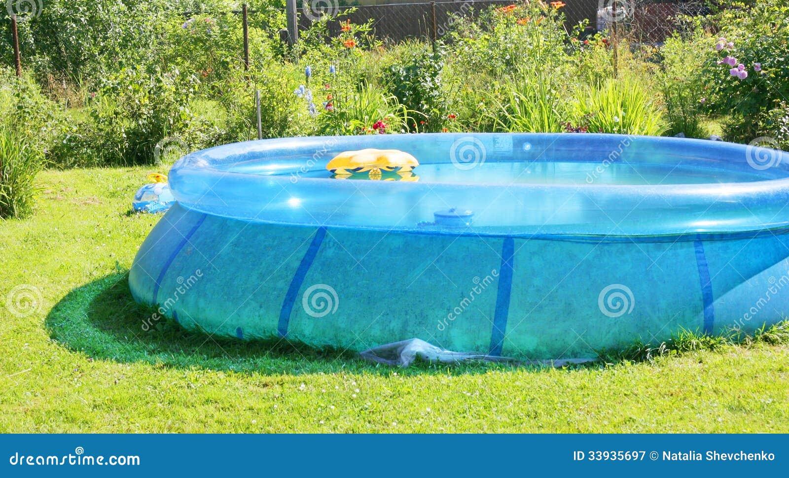 Aufblasbarer Swimmingpool stockbild. Bild von draußen - 33935697
