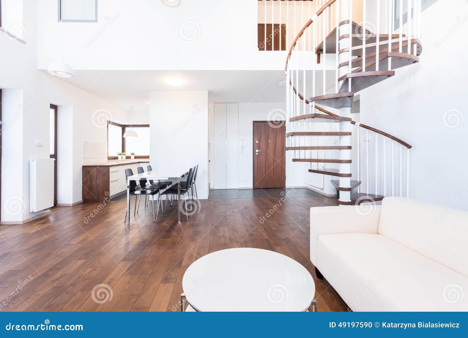 Aufenthaltsraum mit Treppe