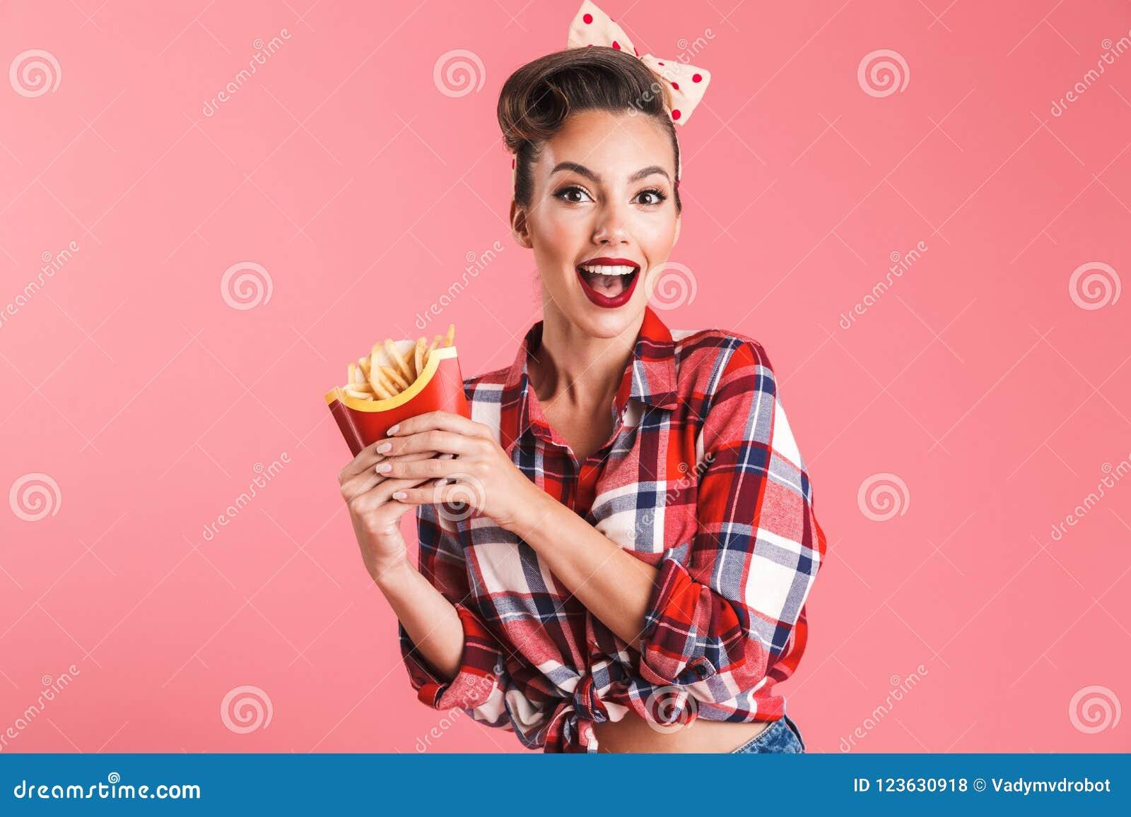 Aufgeregte überraschte junge Stift-obenfrau, die Pommes-Frites hält