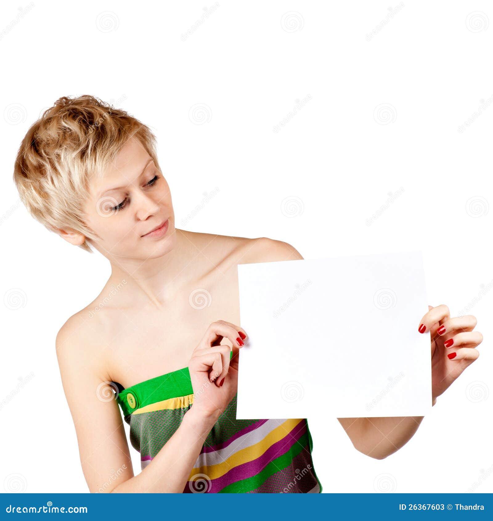 Aufgeregte Frau, die leere unbelegte Papierkarte zeigt