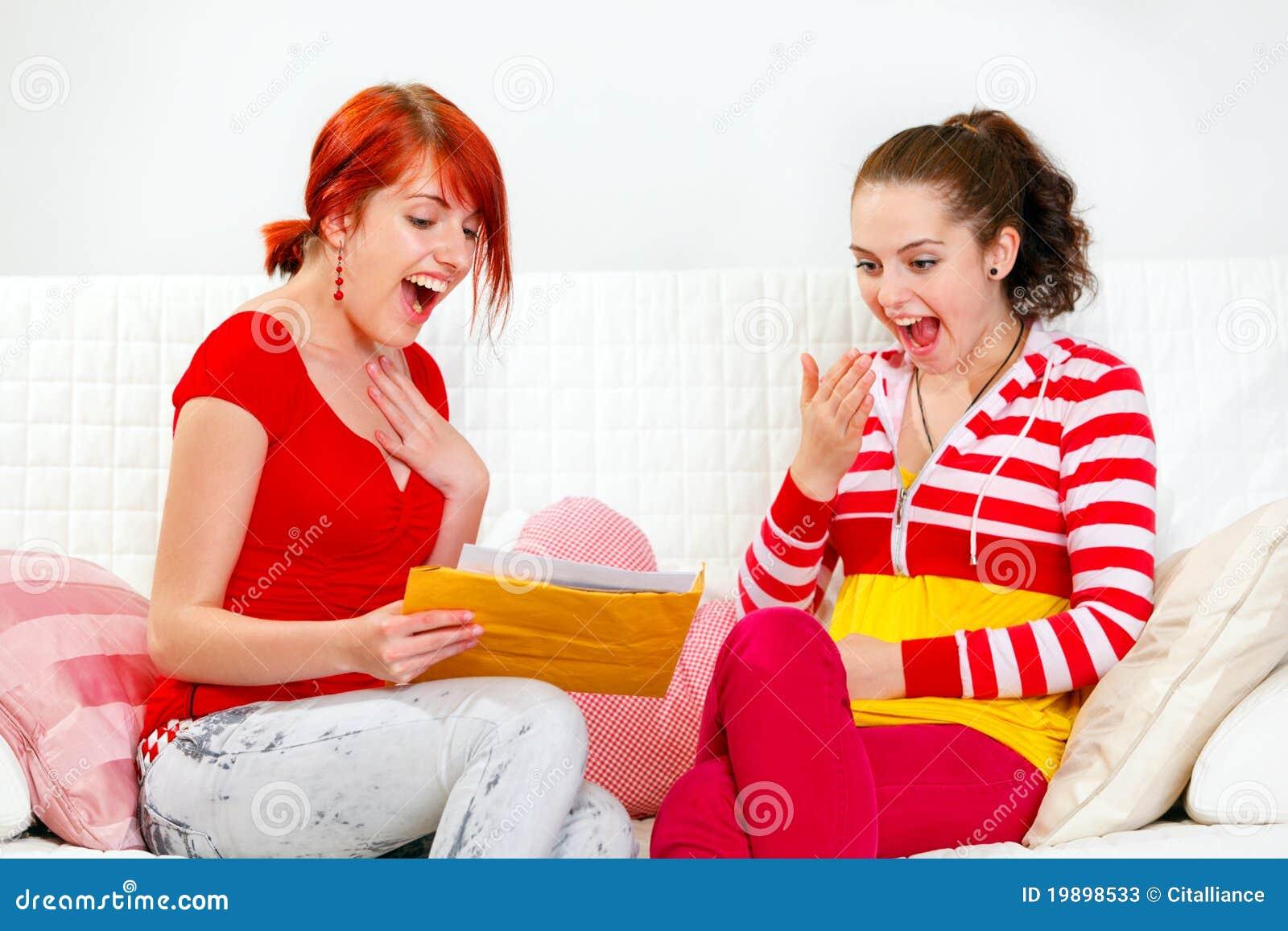 Aufgeregte Freundinnen, die Brief mit guten Nachrichten lesen
