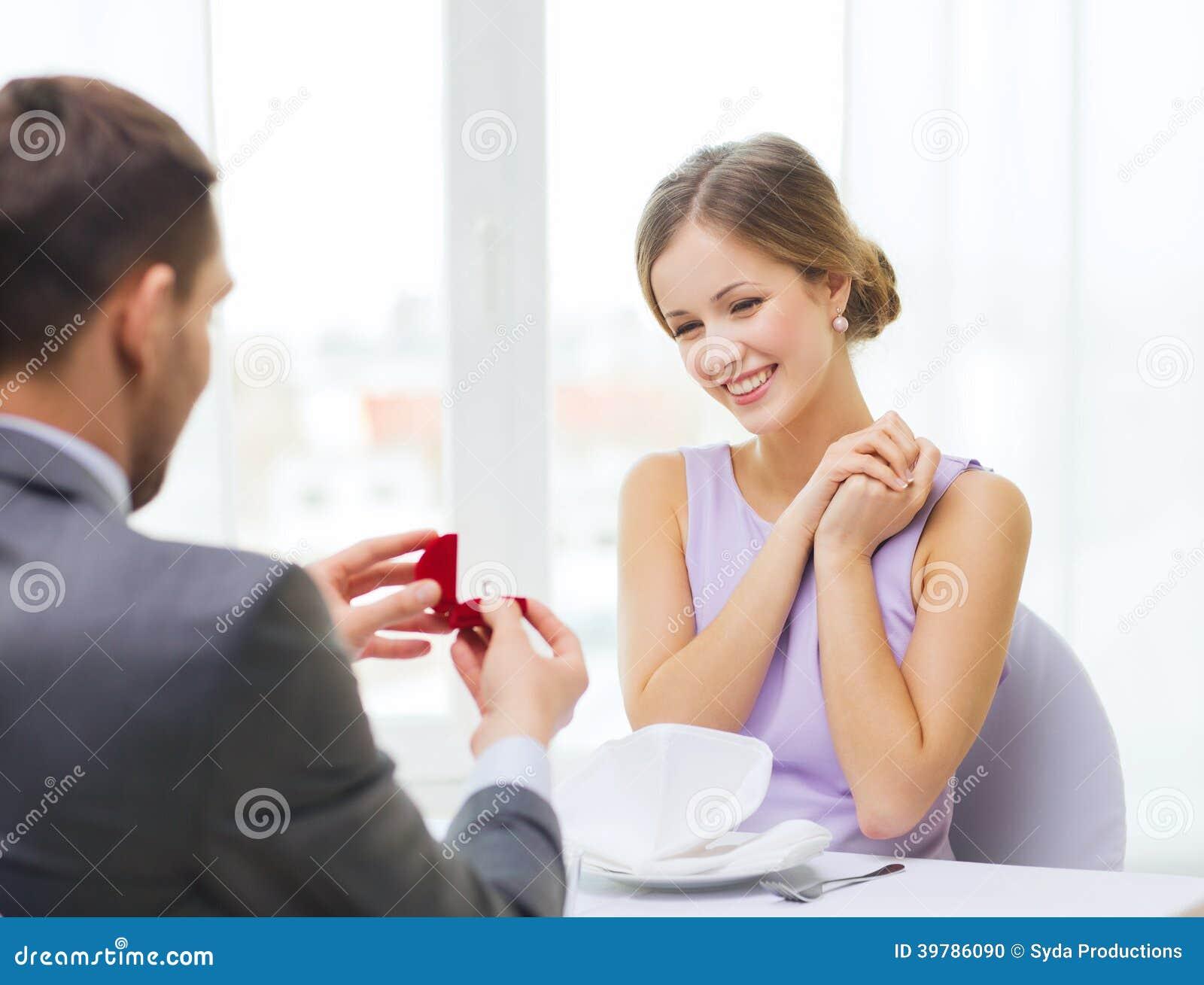 Aufgeregte Junge Frau Die Freund Mit Ring Betrachtet Stockfoto