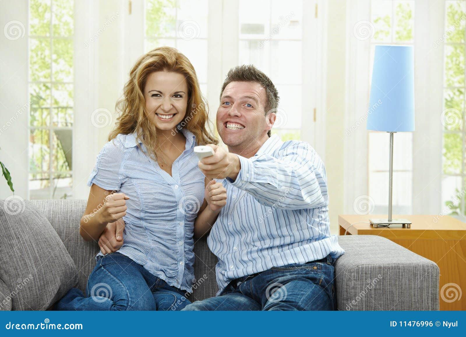 Aufgeregte Paare, die Fernsehen