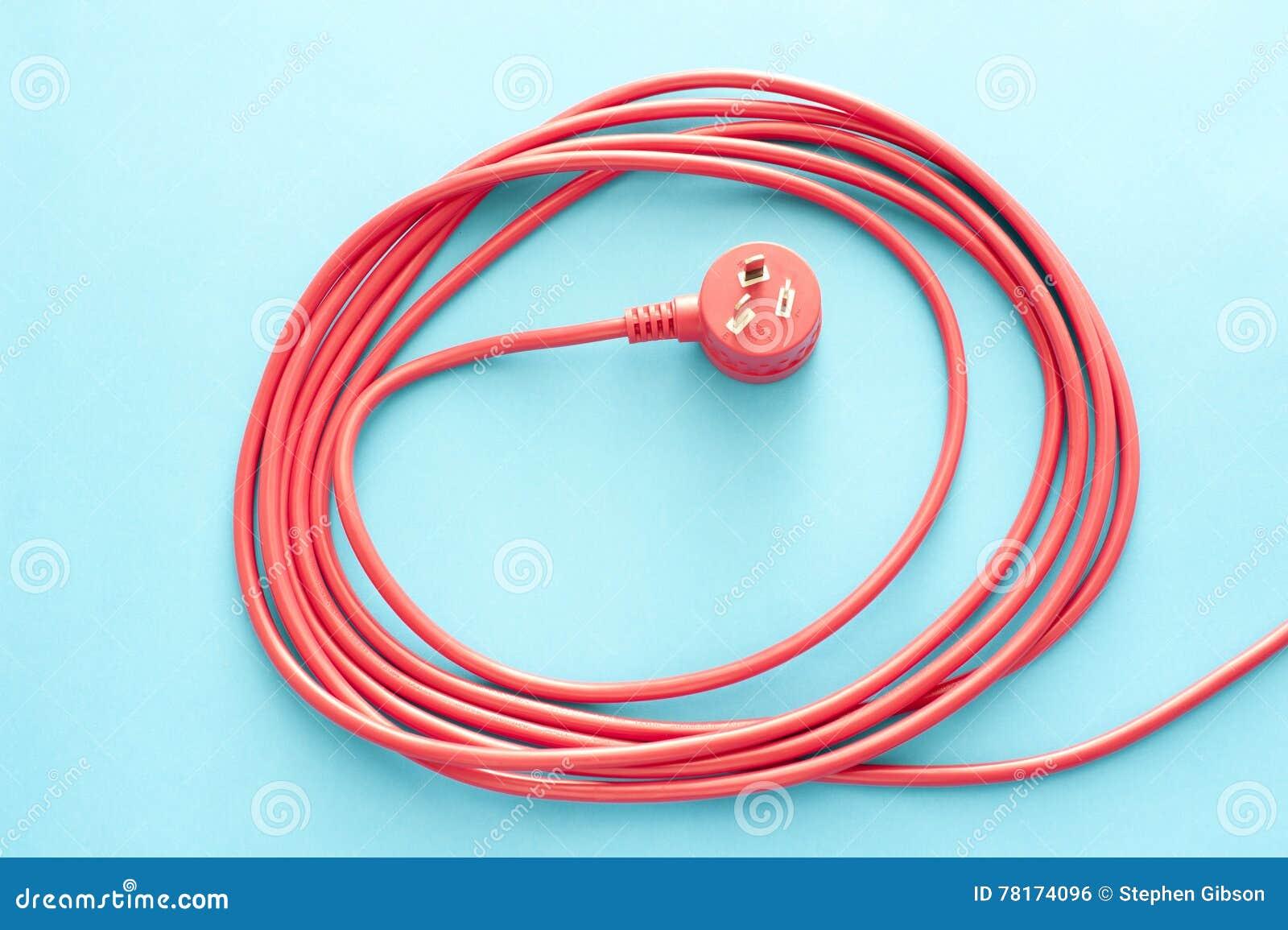 Aufgerolltes Rotes Elektrisches Kabel Oder Führung Mit Stecker .