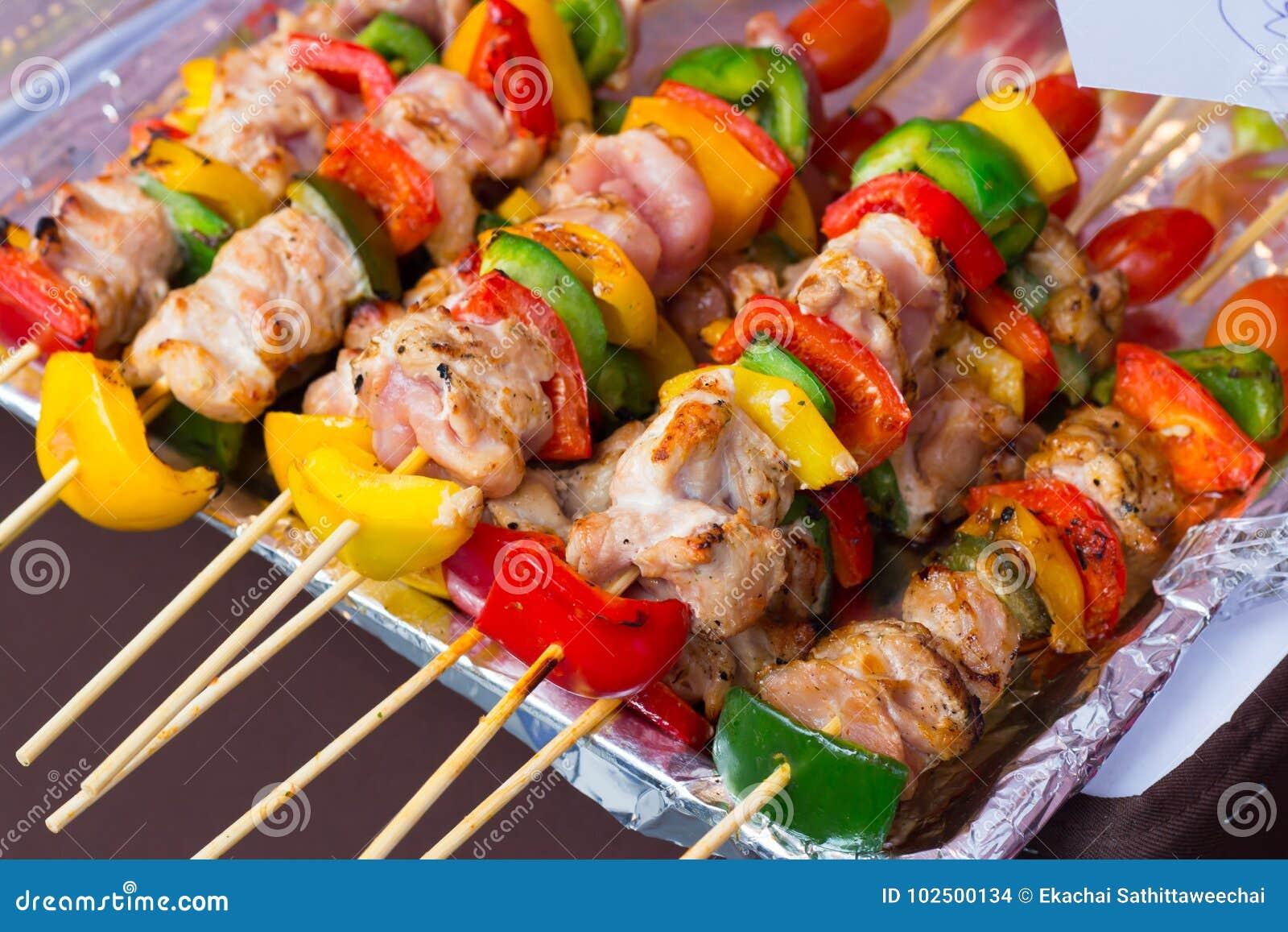 Aufgespießt auf geschmackvollem Schweinefleisch und Gemüse der hölzernen Stöcke mischen Sie, GR
