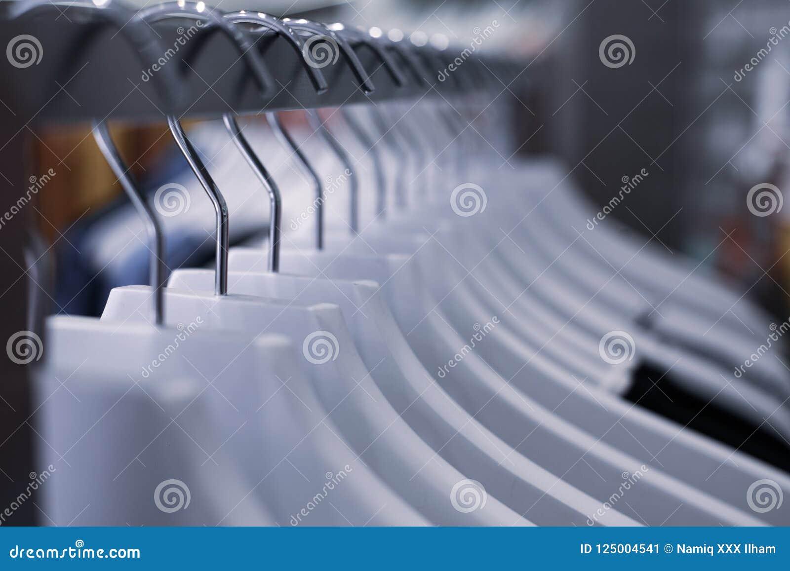 Aufhänger mit Kleidung auf dem Schaufenster im Speicher