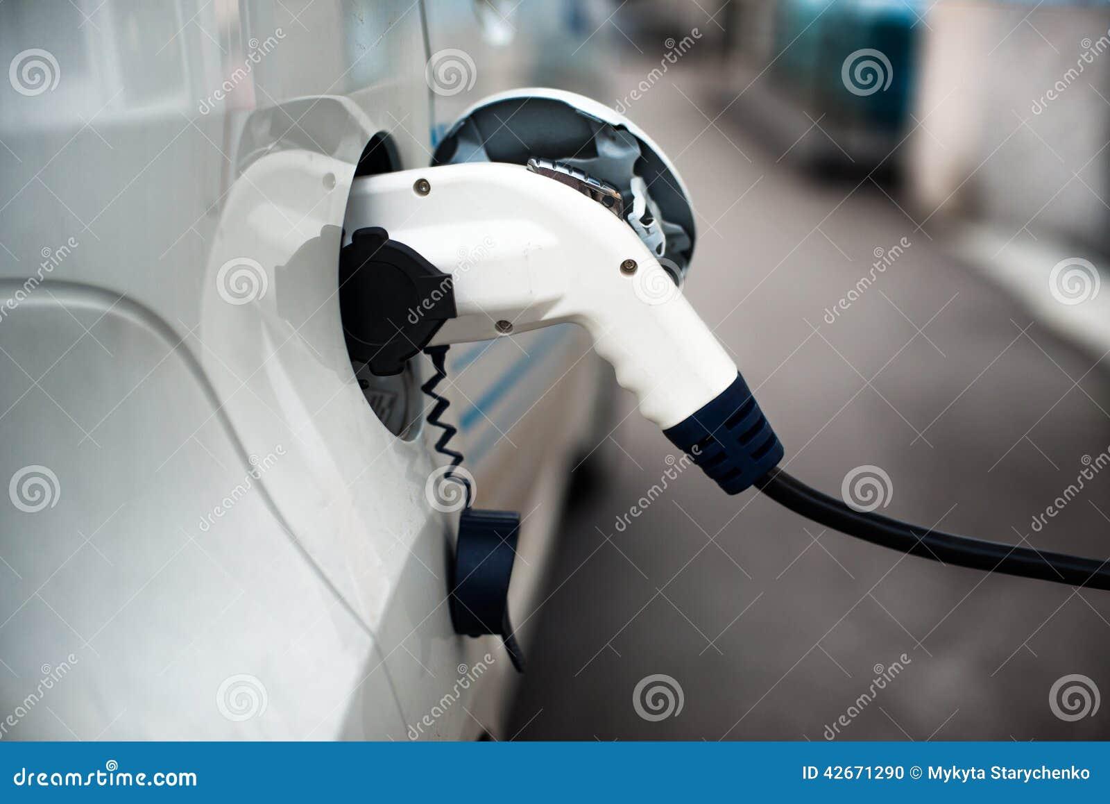 Aufladung eines Elektroautos mit dem Stromkabel