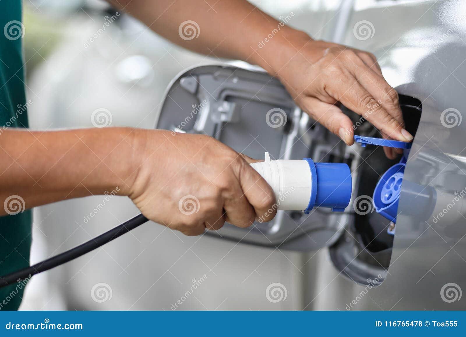 Aufladung eines Elektroautos mit der Stromkabelversorgung