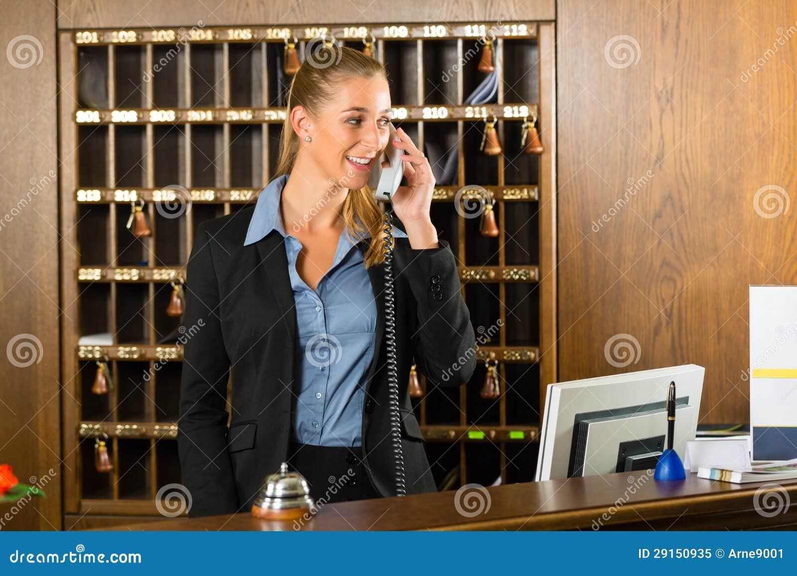Aufnahme des Hotels - Empfangschef, der einen Aufruf nimmt