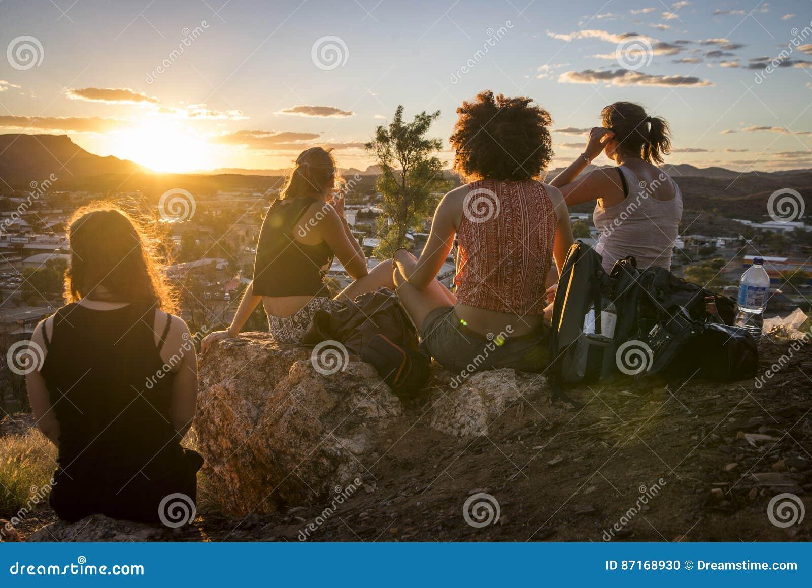 Aufpassen des Sonnenuntergangs im Hinterland