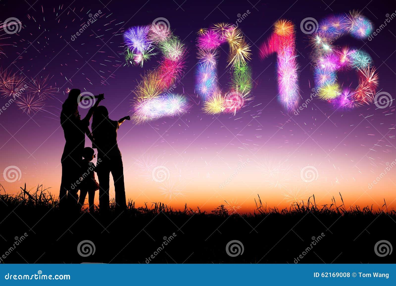 Aufpassende Feuerwerke und guten Rutsch ins Neue Jahr 2016 der Familie