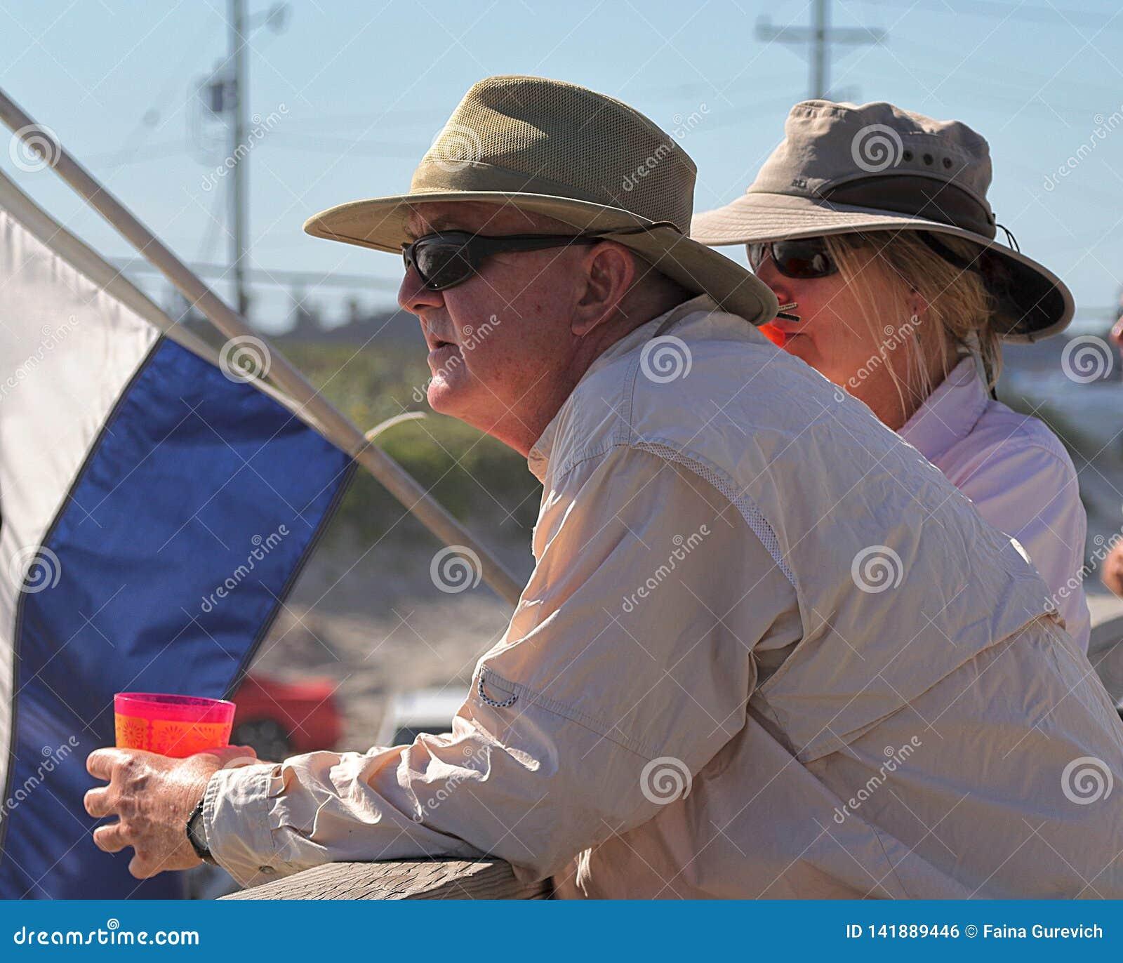 Aufpassendes Meer der älteren Paare vom Pier