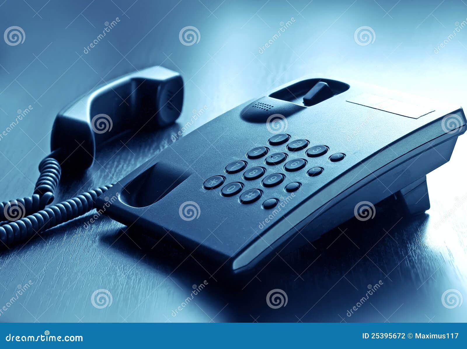 Aufruftelefon mit Netzkabel im Büro