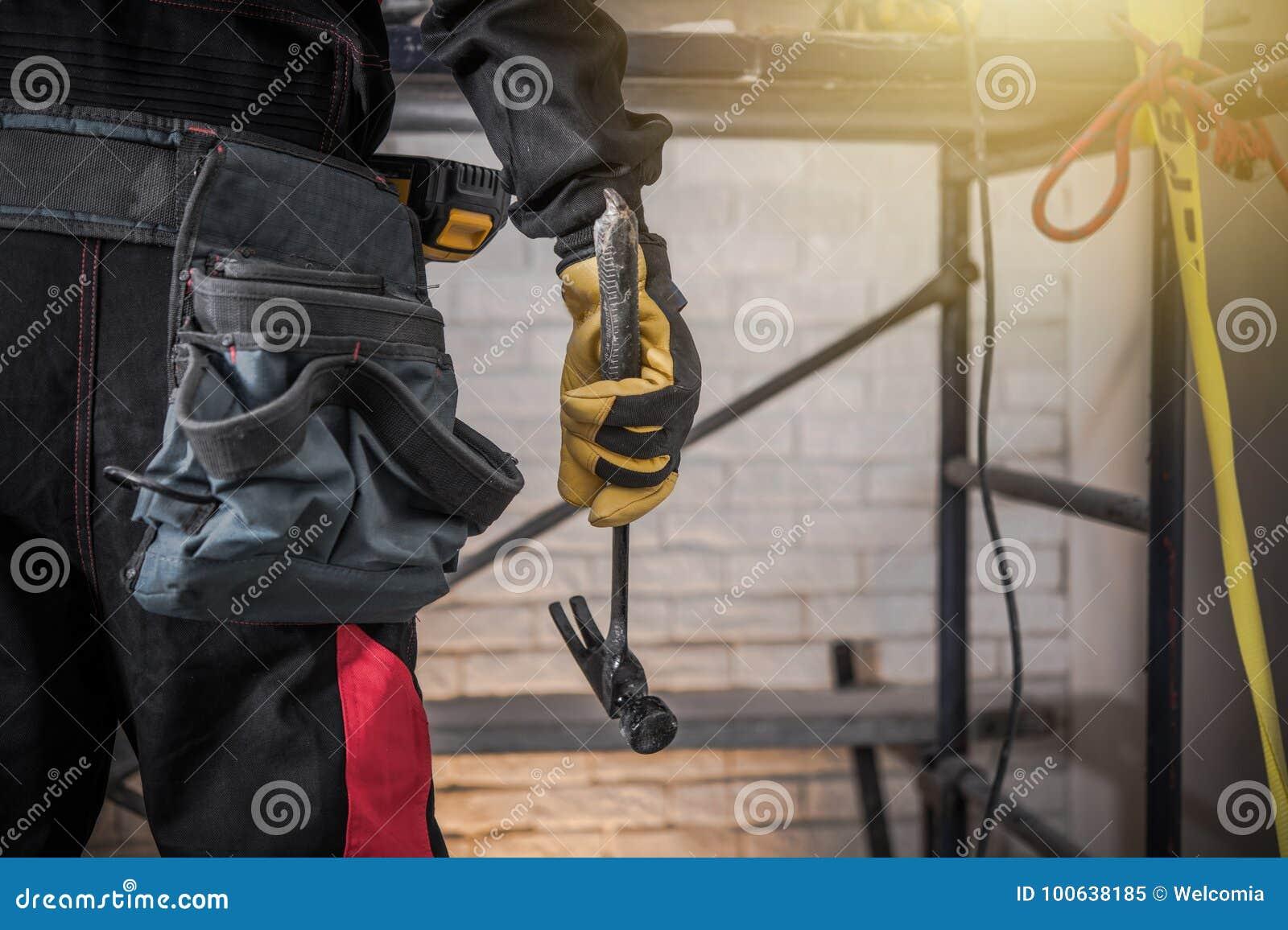 Auftragnehmer mit Hammer