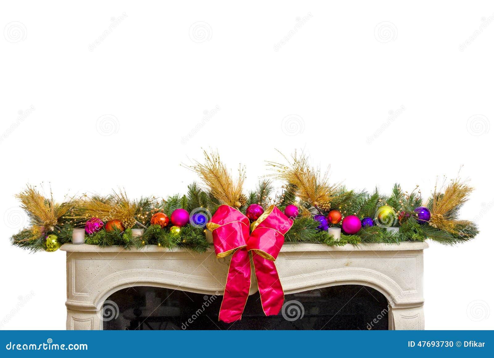 Eleganter Kranz, Der Die Spitze Eines Kaminkaminsimses Zur Weihnachtszeit,  Isloated Auf Weiß Schmückt