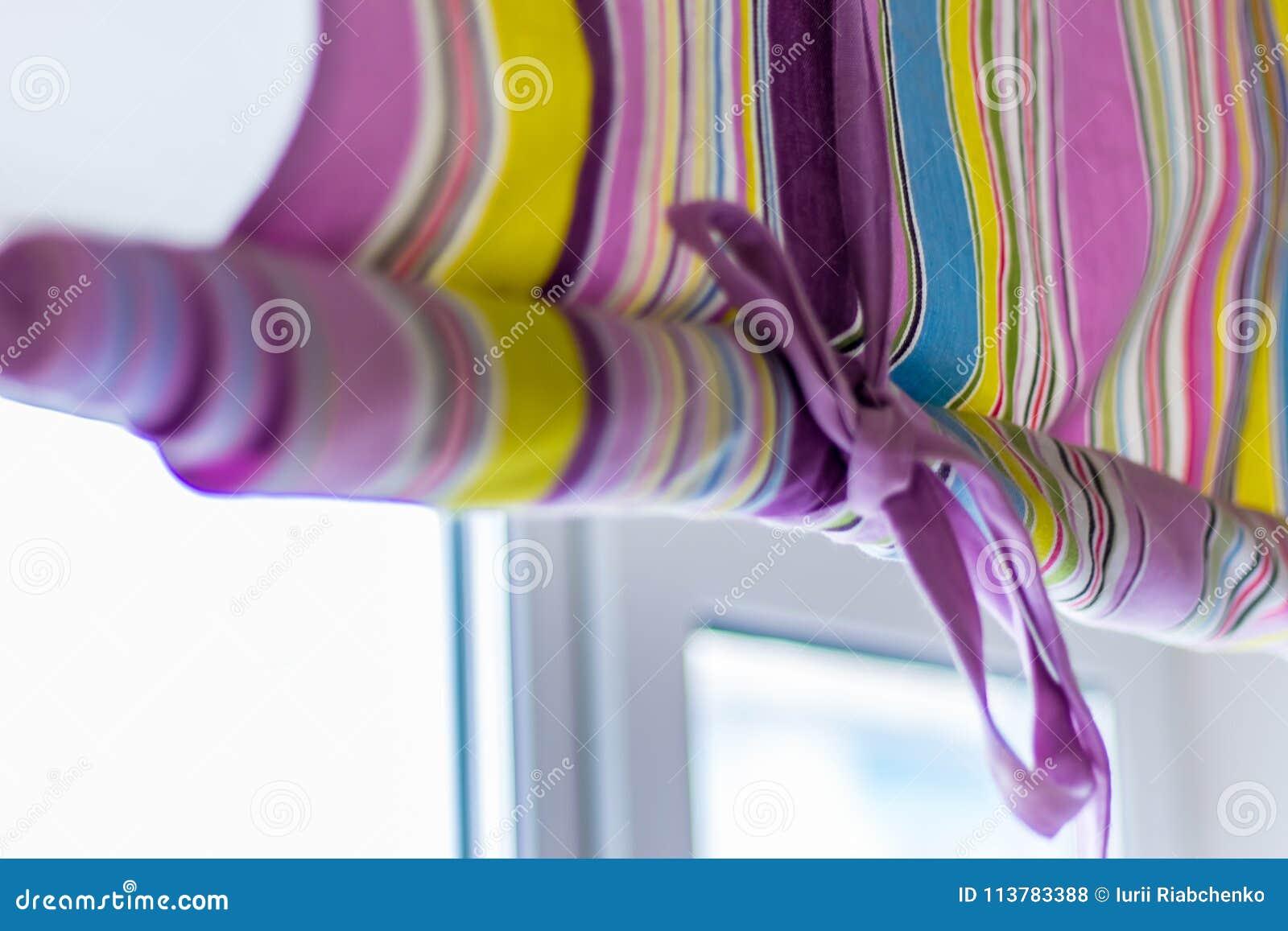 Aufwändiger bunter Vorhang mit den Linien, die das ganze Fenster bedecken