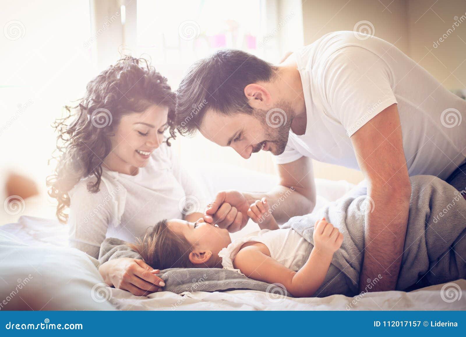 Aufwachen Eltern mit Tochter im Bett
