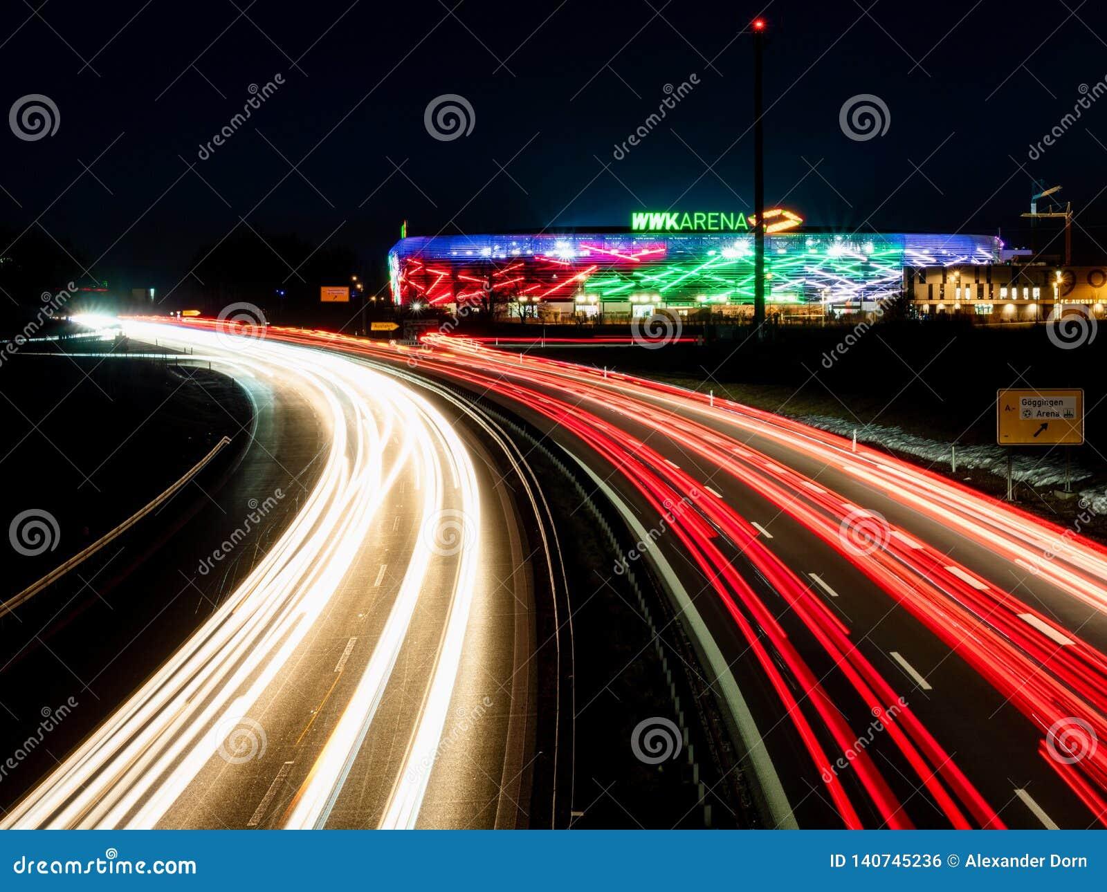 Augsburski, Niemcy Luty 16 2019: Widok na WWK arenie piłki nożnej stadion FC Augsburski od autostrada mostu